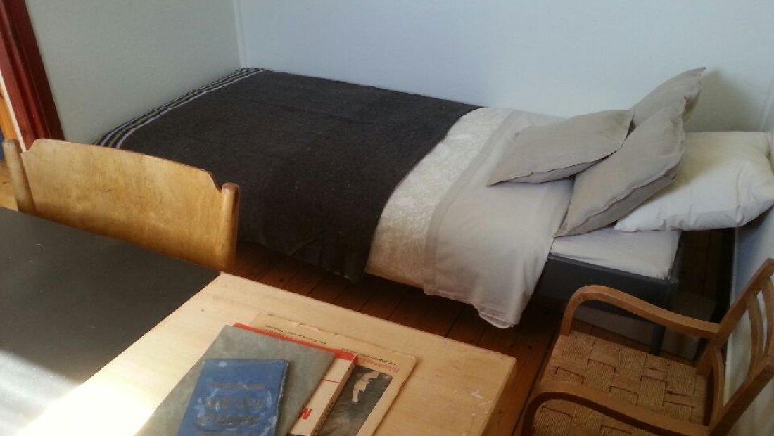 2ra rum med säng och skrivbord
